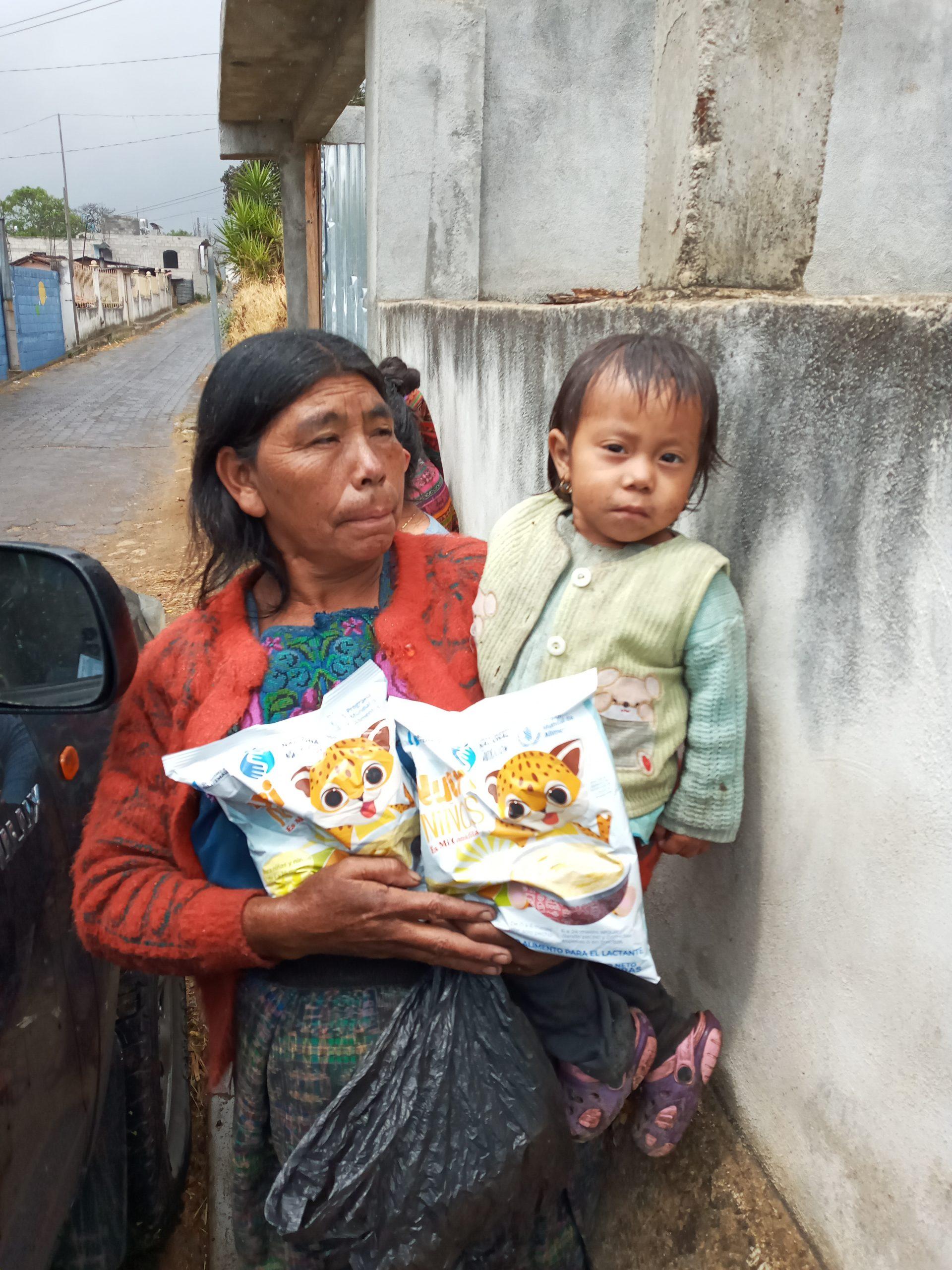 ENTREGA DE ALIMENTO COMPLEMENTARIO FORTIFICADO A NIÑOS MENORES DE DOS AÑOS EN SANTA MARÍA CHIQUIMULA.